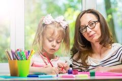 愉快的系列 女儿一起母亲油漆 免版税库存照片