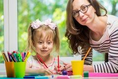 愉快的系列 女儿一起母亲油漆 库存图片