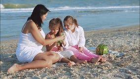 愉快的系列 母亲、最小的女儿和一个十七岁的女儿有唐氏综合症的 股票视频