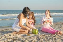 愉快的系列 母亲、最小的女儿和一十七年ol 免版税库存图片
