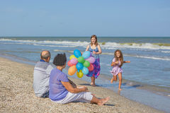 愉快的系列 祖母、祖父和两快乐的granddaugh 免版税库存照片