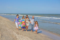 愉快的系列 祖母,祖父,母亲,最年轻的daughte 免版税库存照片