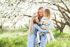 愉快的系列 许多儿童和三个女儿儿童户外女孩夏天的母亲 免版税库存图片
