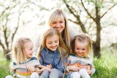 愉快的系列 许多儿童和三个女儿儿童户外女孩夏天的母亲 免版税库存照片