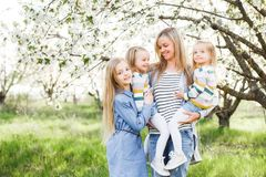 愉快的系列 许多儿童和三个女儿儿童户外女孩夏天的母亲 库存图片