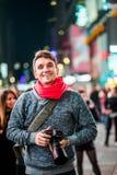 愉快的纽约和看的摄影师参观的时代广场 免版税库存照片