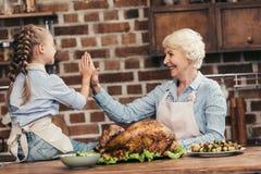 愉快的给在感恩的祖母和孙女上流五在成功以后 库存照片
