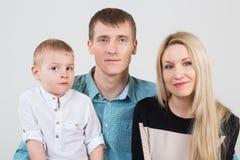 愉快的美丽的三口之家 免版税库存照片