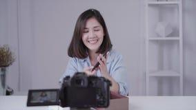 愉快的美丽的亚裔从品牌或她的订户的妇女箱中取出的礼物 股票视频