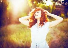 愉快的美丽的妇女情感画象有红色卷发的 免版税库存照片