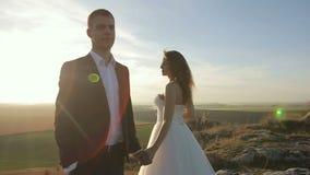 愉快的美丽的婚礼夫妇新娘和新郎在户外婚礼之日在山晃动 股票录像