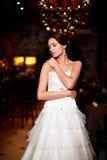 白色婚礼礼服的美丽的性感的新娘 免版税库存图片