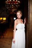 白色婚礼礼服的美丽的性感的新娘 免版税图库摄影