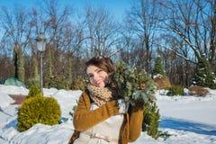 愉快的美丽的新娘在一个多雪的冬日 晴朗的天气 时髦 手工制造婚礼的花束使由杉木树 mitte 免版税图库摄影