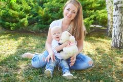 愉快的美丽的母亲和小女儿或者儿子 免版税库存图片