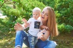愉快的美丽的母亲和小女儿或者儿子 图库摄影