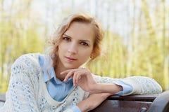 愉快的美丽的白肤金发的妇女或女孩特写镜头画象户外在晴天,和谐,健康,阴物,清楚的皮肤 免版税库存照片