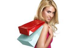 年轻愉快的美丽的白肤金发的妇女去购物 图库摄影