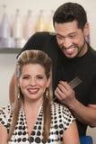愉快的美发师和客户 免版税库存照片