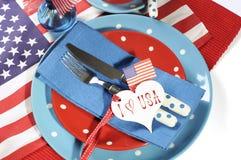 愉快的美国独立纪念日餐桌餐位餐具 库存照片