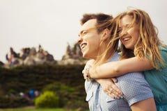 愉快的美好的夫妇在日期 免版税库存图片