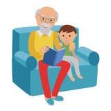 愉快的老人坐沙发读了他的孙子的书 库存照片