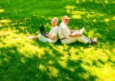 愉快的老夫妇在步行的夏天 库存照片