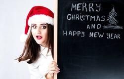 愉快的肥胖圣诞老人女孩 在圣诞老人帽子的一个模型 XXL妇女celebr 免版税库存图片