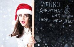愉快的肥胖圣诞老人女孩 在圣诞老人帽子的一个模型 XXL妇女celebr 免版税库存照片