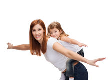 愉快的背上做母亲和的孩子 库存照片