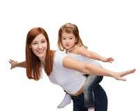 愉快的背上做母亲和的孩子 免版税图库摄影