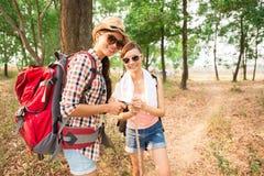 愉快的背包徒步旅行者 免版税库存图片
