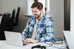 愉快的膝上型计算机人工作 免版税图库摄影