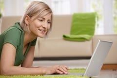 愉快的膝上型计算机妇女 免版税库存照片