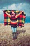 愉快的自由的妇女无忧无虑在秋天或冬天在享用太阳的一条温暖的毯子下 图库摄影