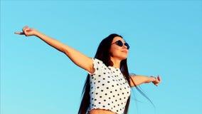 愉快的自由的妇女,上升她的手在蓝天,看太阳,感觉的完全自由在生活中 股票视频
