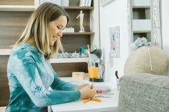 愉快的艺术家画象有油漆刷的在工作场所 图库摄影