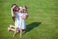 年轻愉快的获得母亲和她的女儿乐趣 库存图片