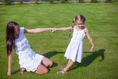 年轻愉快的获得母亲和她的女儿乐趣  图库摄影