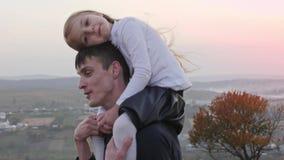 愉快的获得父亲和一点的daghter走在秋天草甸和乐趣 影视素材