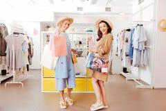 愉快的购物使留给商店的家庭上瘾许多袋子 免版税库存照片