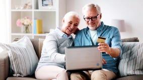 愉快的资深加上膝上型计算机和信用卡 股票录像