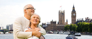 愉快的资深夫妇在伦敦市 免版税库存照片