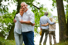 愉快的资深夫妇在养老院庭院里  免版税库存照片