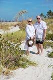 愉快的资深夫妇海滩假期 免版税库存照片