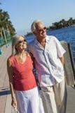 愉快的资深夫妇走的热带海或河 免版税库存照片