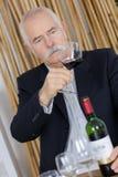 愉快的资深夫妇饮用的白葡萄酒在餐馆 库存照片