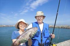 愉快的资深夫妇去钓鱼 免版税图库摄影
