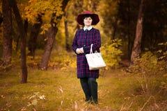 愉快的资深妇女享受秋天 背景袋子概念行程购物的白人妇女 免版税库存照片
