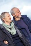 愉快的资深室外夫妇的老年人一起 免版税图库摄影